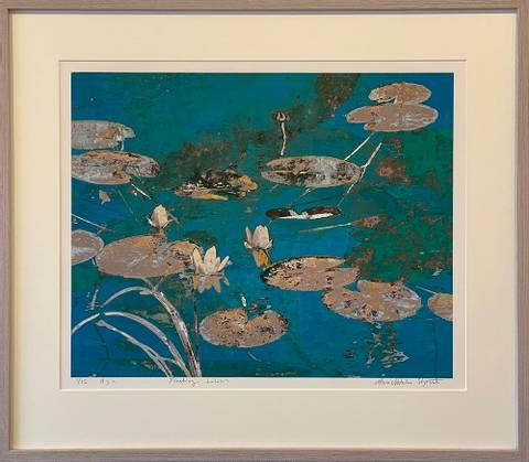 Bilde av Floating Lilies av Maria Natalie Skjeset med ramme
